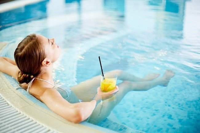 hot tub safety tips - avoid glass or ceramic containers